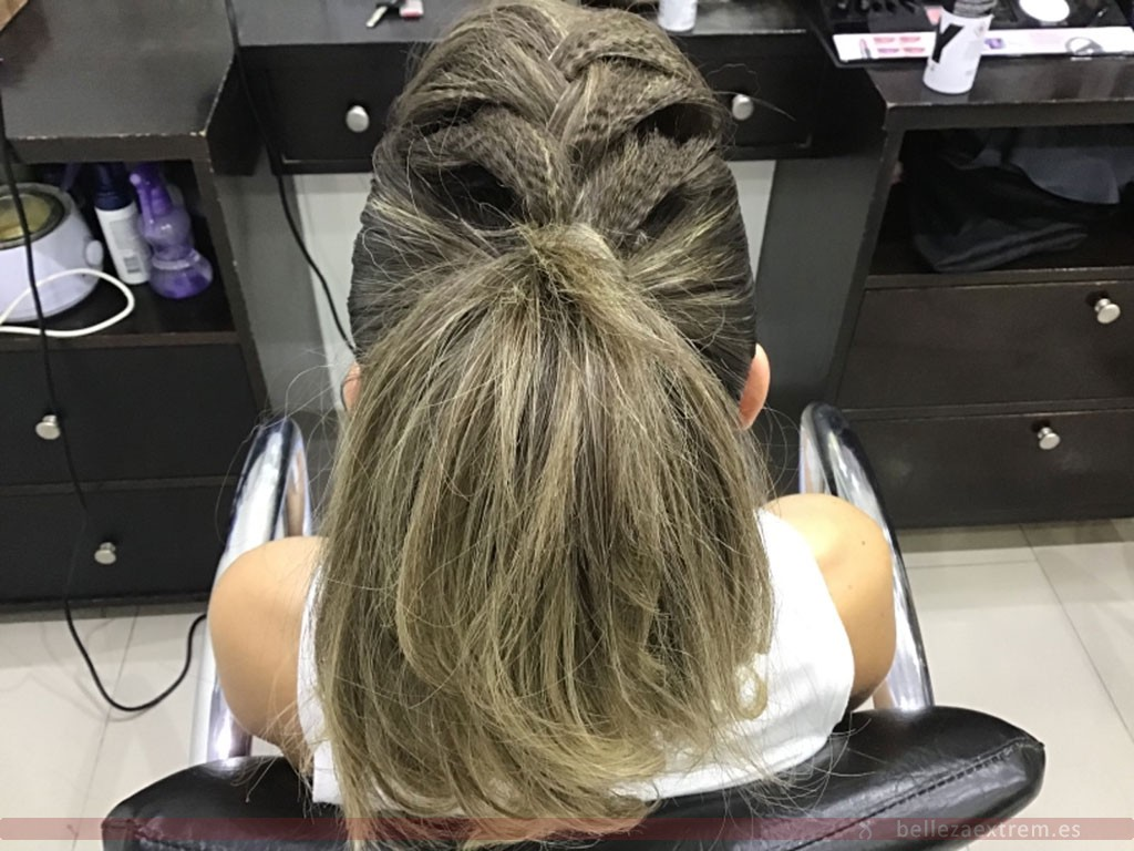 Cola alta con trenza realizada en Extrem peluquería de Jaén
